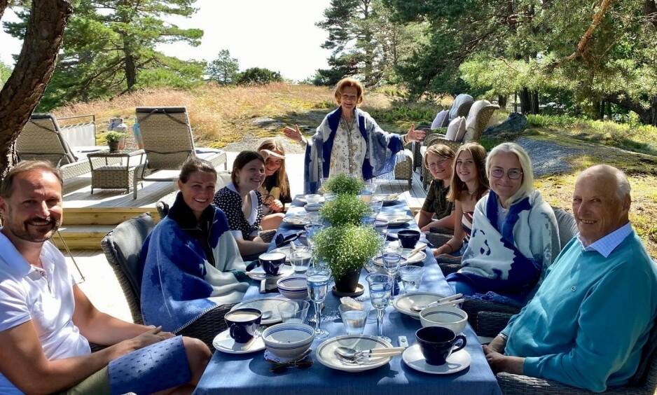 GOD SOMMER: Den norske kongefamilien ønsker det norske folk god sommer med dette bildet fra kongeparets sommersted Mågerø. Foto: Det kongelige hoff