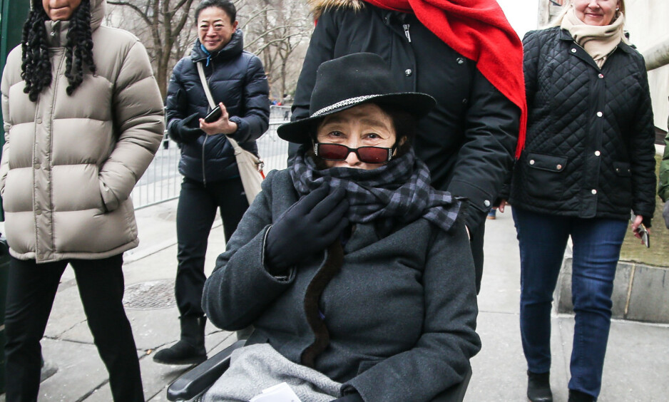 VANSKER: Yoko Ono har holdt seg i bakgrunnen de siste åra. Det skal være på grunn av helseproblemer, hevdes det nå. En av artistens nærmeste venner forklarer at hun er avhengig av rullestol, men at hun ellers er frisk og rask som alltid. Her er hun fotografert i fjor. Foto: NTB Scanpix