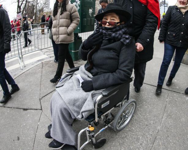 TRILLES RUNDT: Det er ikke ofte at Yoko Ono viser seg offentlig, men da kvinnemarsjer ble arrangert over hele USA i fjor, deltok hun på New York-arrangementet. Hun ble trillet rundt av en pleier. Foto: NTB Scanpix
