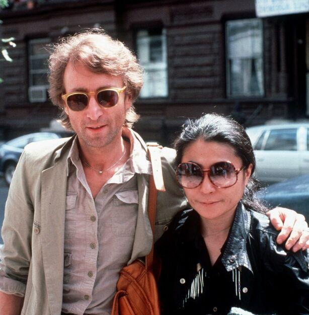 VERDENSKJENTE: Ekteskapet mellom John Lennon og Yoko Ono var et av verdens mest omtalte. Da Lennon ble skutt og drept i 1980, var det mange som så til enka for trøst. Her er paret fotografert noen måneder før Lennon ble drept. Foto: NTB Scanpix