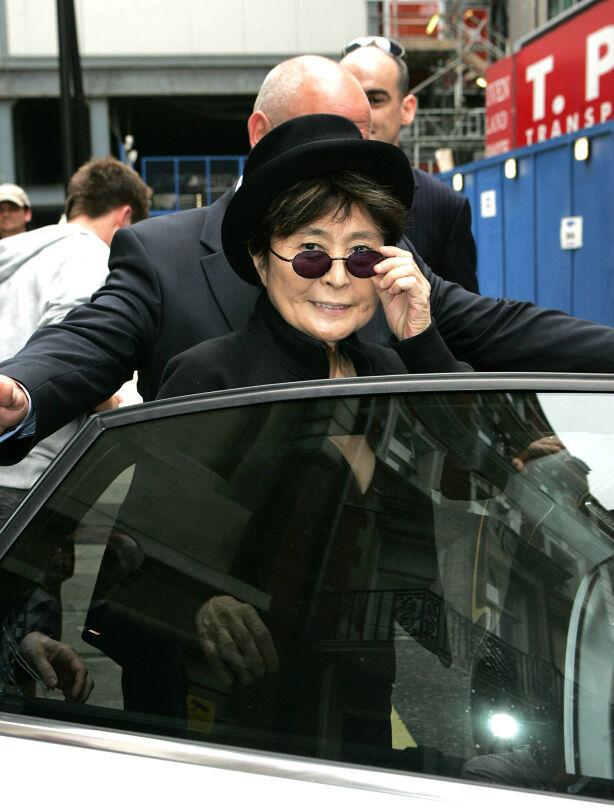 KARAKTERISTISK: Yoko Ono dukker gjerne opp med solbriller, hatt og et helsvart antrekk om hun skal noen steder. Her er hun fotografert i London i 2009. Foto: NTB Scanpix