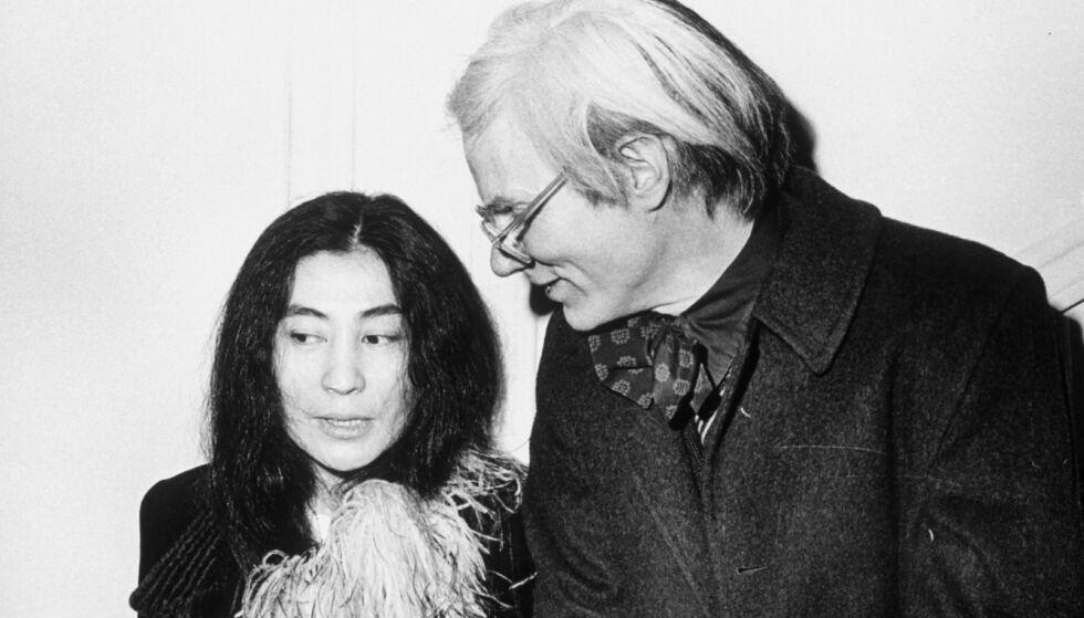 GODE VENNER: Yoko Ono og Andy Warhol frekventerte samme miljø i New York og var gode venner. Warhol døde i 1987. Foto: NTB Scanpix