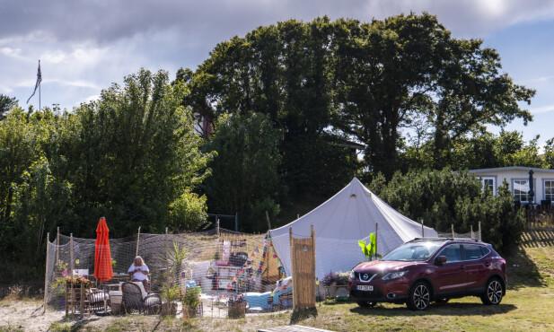 CAMPING: Avnung har skaffet seg en av de beste plassene på campingen rett nede ved stranda. Foto: Lars Eivind Bones / Dagbladet.