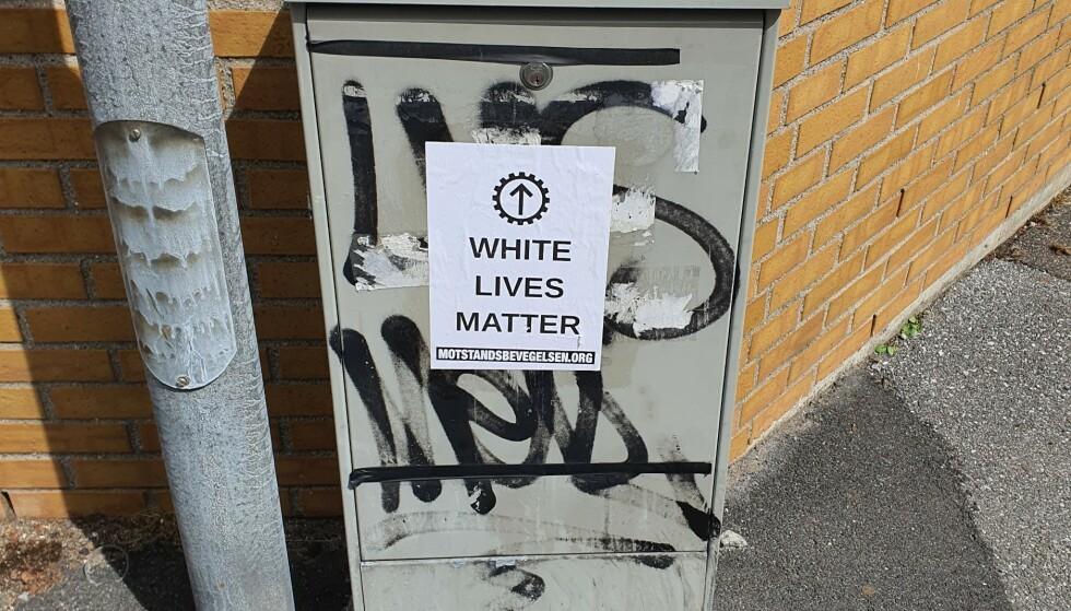 PLAKATER: Plakater og klistremerker i A4-format, med påskriften «White Lives Matter» har dukket opp flere steder i Sarpsborg etter drapet tirsdag kveld. Foto: Privat