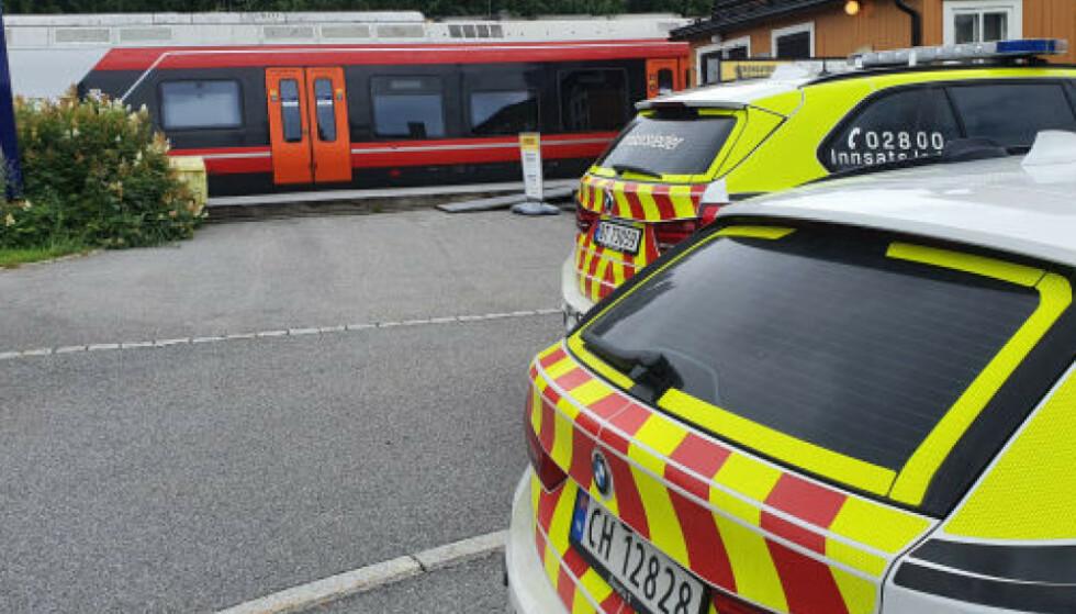 OPPDAGET TRUSSEL: Politiet ble varslet klokka 12.40 lørdag, etter at det ble funnet et ark med en bombetrussel om bord på et tog ved Dal stasjon. Foto: Martin Benedikt Sjue / Dagbladet