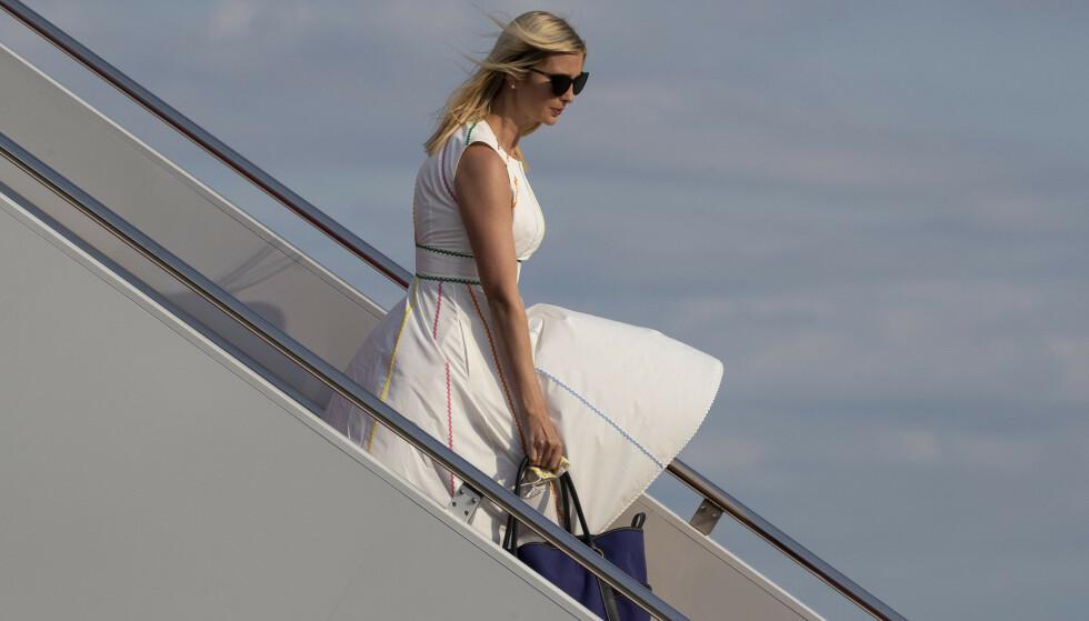 BEVISST: Den siste måneden har Ivanka Trump utelukkende blitt fotografert i hvite klær. Det kan være bevisst og smart, menes det nå. Her er hun fotografert den 14. juni, på vei ut av Air Force One. Foto: AP / NTB Scanpix