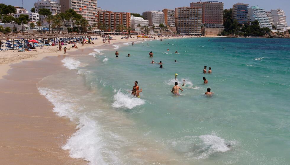 MALLORCA: Bildet av Magaluf-stranda på Mallorca er fra i fjor sommer. Om nordmenn kan få reise dit i år er fortsatt usikkert. Foto: Enrique Calvo/Reuters/NTB