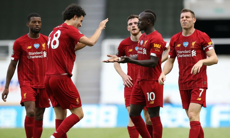 FEIRET: Sadio Mane blir gratulert av lagkameratene etter scoring. Foto: OWEN HUMPHREYS / POOL / AFP