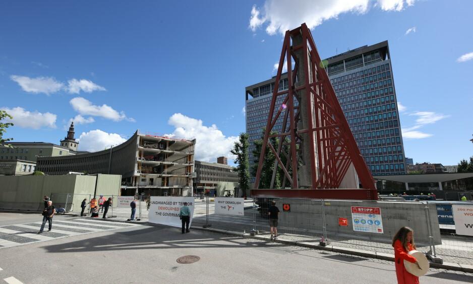 PÅ FLYTTEFOT: Kunstverkene flyttes til en midlertidig lagringsplass, men blir igjen å se når det nye regjeringskvartalet står klart. Foto: Ørn E. Borgen / NTB Scanpix
