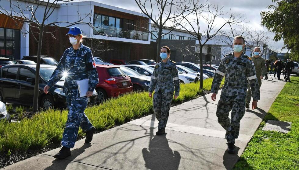 FORSVARET SATT INN: Den australske forsvaret har blitt satt inn i kampen mot coronaviruset i Australia. Forsvarspersonell er blant annet til stede ved mange sykehjem. Foto: William WEST / AFP / NTB scanpix