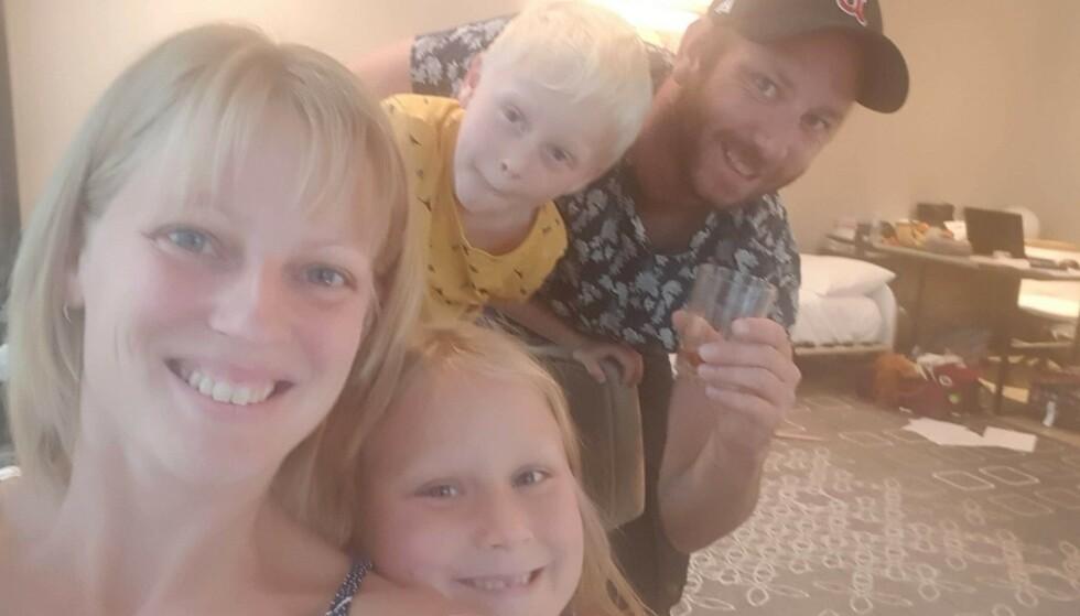 KARANTENE: Emmelie Alexandersson (33) har tilbrakt de siste ti dagene med familien på et karantenehotell i Perth, Australia. Her med ektemannen Dale Anderson og barna Matilda (8) og Alex (6). Foto: Privat