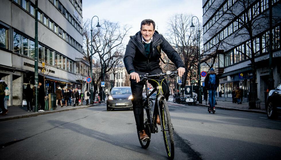 - UHOLDBART: Arild Hermstad mener elsparkesyklene er et bra tilskudd, men situasjonen der de ligger slengt rundt på fortau er uholdbar. Foto: Lars Eivind Bones / Dagbladet