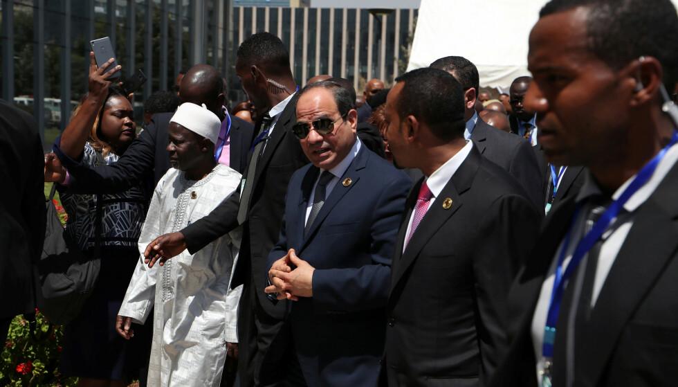 GODE VENNER?: Egypts president Abdel Fattah al-Sisi (med solbriller) og Etiopias statsminister i Addis Abeba i fjor. Foto: REUTERS /NTB Scanpix
