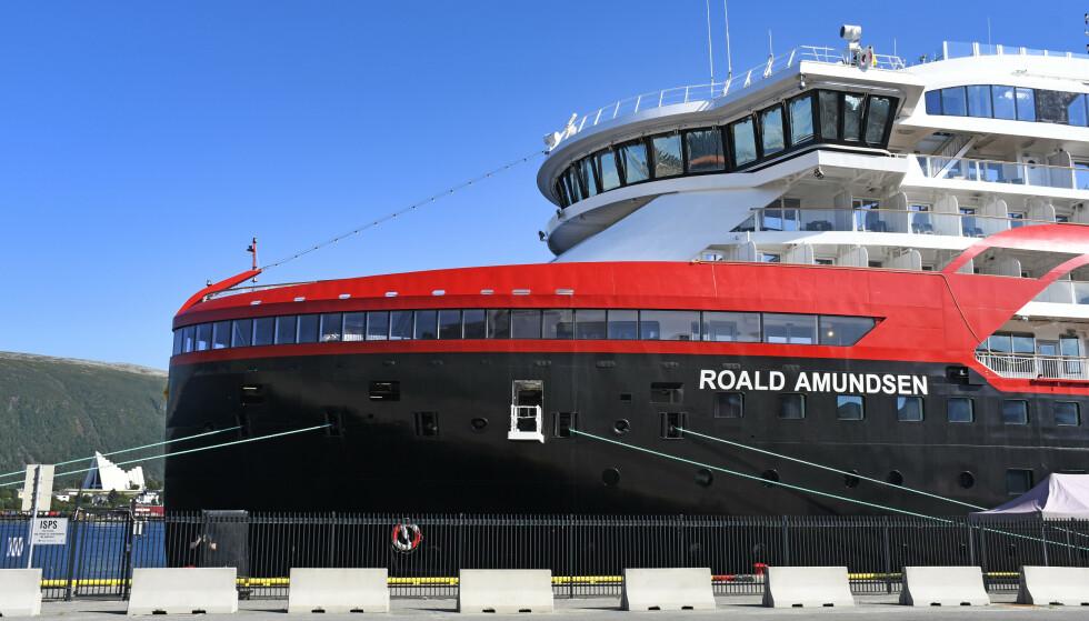HURTIGRUTEN: Smitteutbruddet på Hurtigruten-seilasene kan ha skjedd gjennom ventilasjonsanlegg, mener professor. Her ligger skipet til kai i Tromsø. Foto: Rune Stoltz Bertinussen / NTB scanpix.