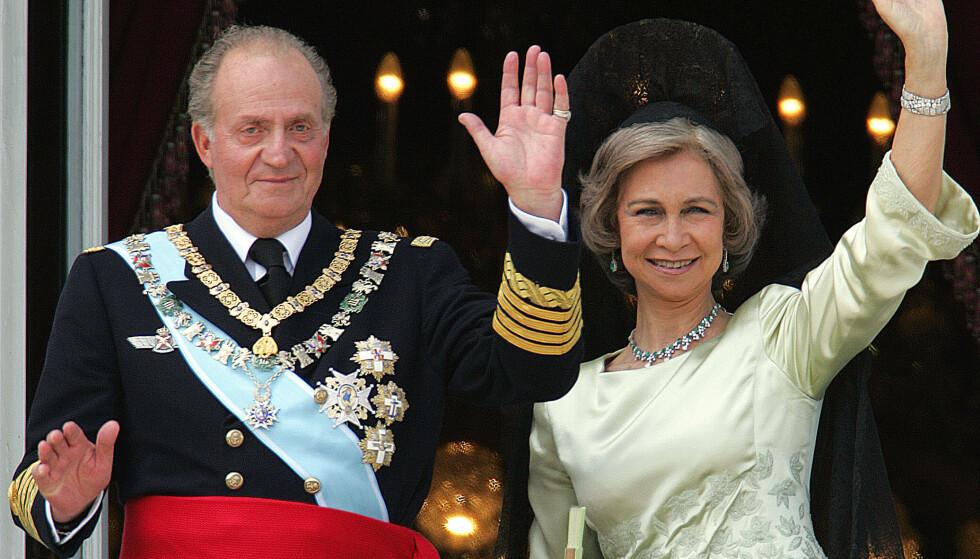 I VANÆRE: Spania demonstrerer mot kong Juan Carlos, som forlot landet nylig. Han som var «demokratiets konge», kalles her «Borbón ladrón», altså «Borbón tjuv». Skandalene hopet seg opp i hans seinere leveår. Foto: Álvaro Barrientos / AP / NTB Scanpix