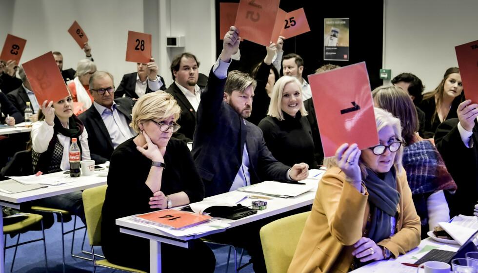 PATRIOTER: Christian Tybring-Gjedde stemmer for «patriot-resolusjonen» på Oslo Frp's fylkesårsmøte i vinter. Resolusjonen er grunnlaget for det ideologiske skiftet Jensens eget fylkeslag ønsker - men som Jensen advarer mot. Foto: Lars Eivind Bones / Dagbladet