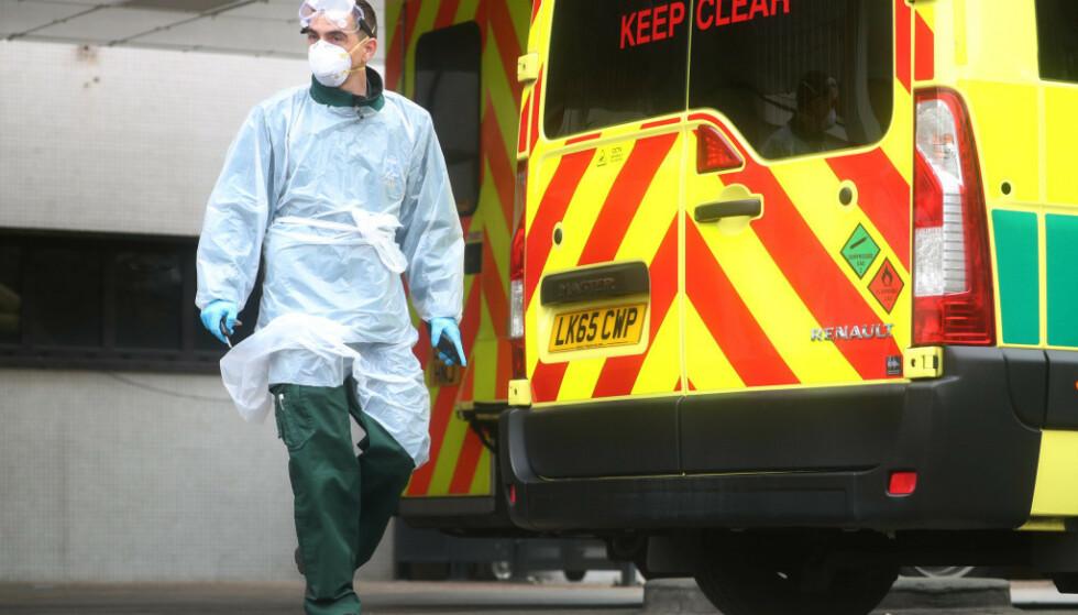 LONDON: Ambulansearbeider i maske og hansker avbildet på utsiden av St. Thomas sykehus i London. Foto: Reuters / NTB Scanpix.