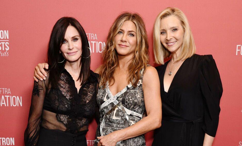 FORSIKRER FANSEN: Jennifer Aniston (i midten) forsikrer fansen om at gjenforeningsepisoden vil finne sted. Hun legger heller ikke skjul på at hun har fått nok av dette året. Her sammen med «Friends»-kollegaene Courteney Cox og Lisa Kudrow i fjor. Foto: NTB scanpix