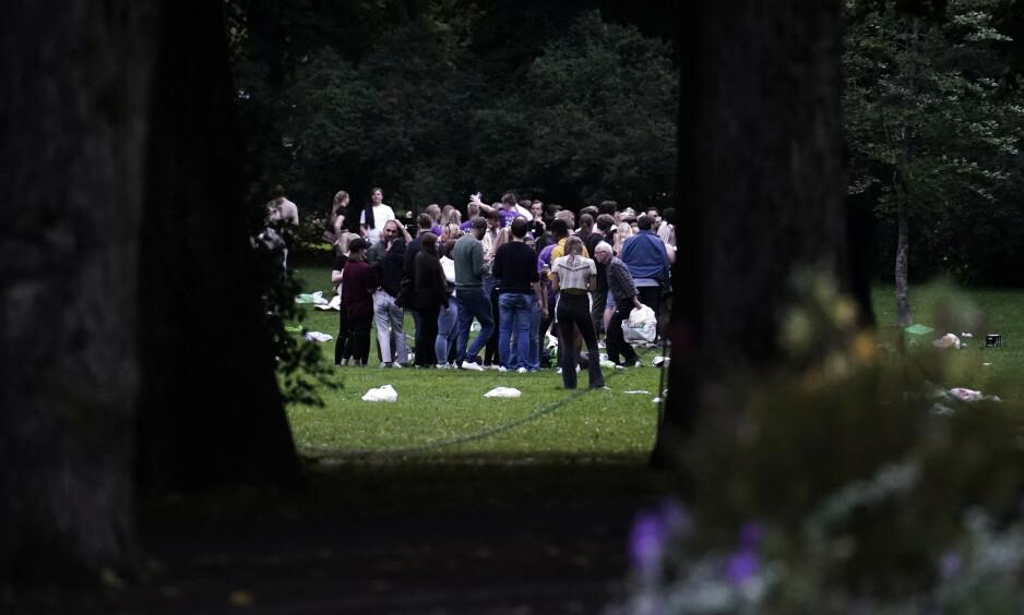 TETT: Mandag kveld samlet hundrevis av unge seg i Frognerparken i Oslo i forbindelse med fadderuka. Foto: Fredrik Hagen / NTB scanpix