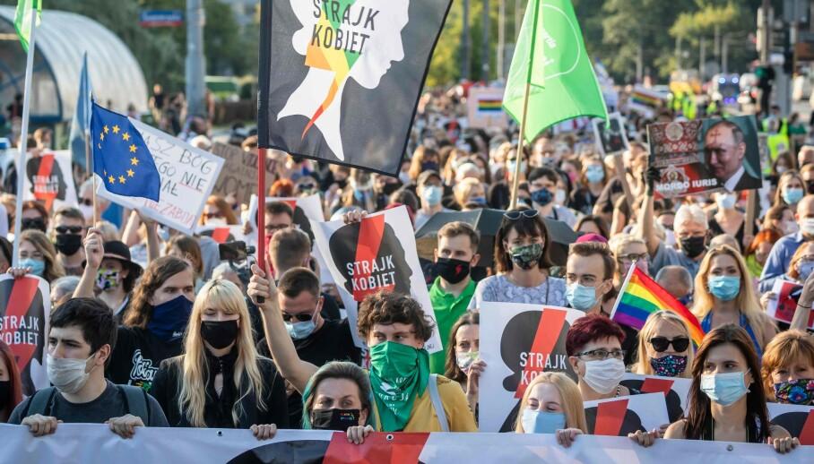KVINNESTREIK: Titusener protesterte i Warszawa 24. juli, mot den polske regjeringens planer om å trekke seg fra Istanbulkonvensjonen som skal bekjempe vold mot kvinner. - Vi må stå sammen med Polens kvinner, skriver innsenderne. Foto: Wojtek Radwanski / AFP / NTB Scanpix