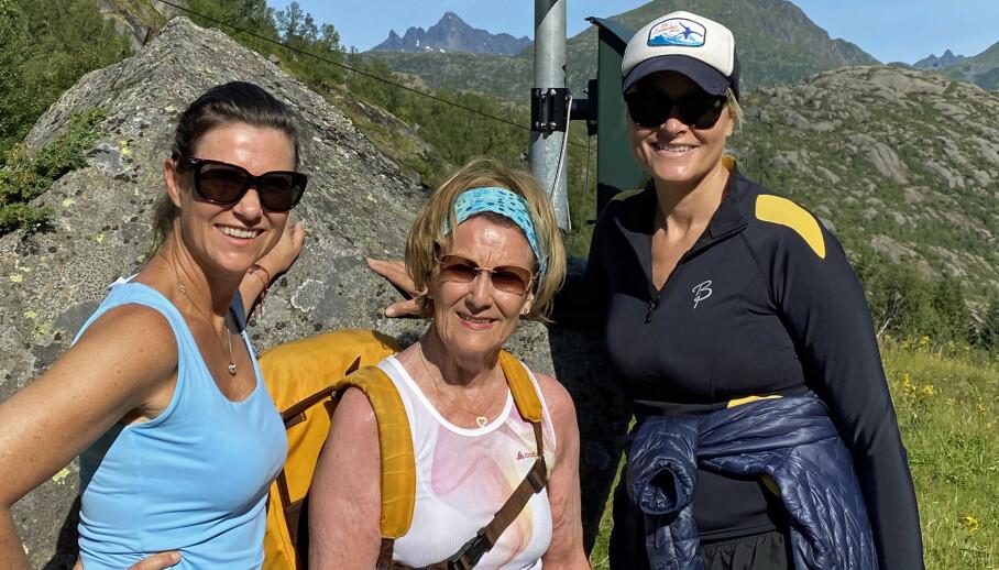TURDAMER: Prinsesse Märtha Louise, dronning Sonja og kronprinsesse Mette-Marit på vei til Stortinden, 530 meter over havet. Foto: Det kongelige hoff