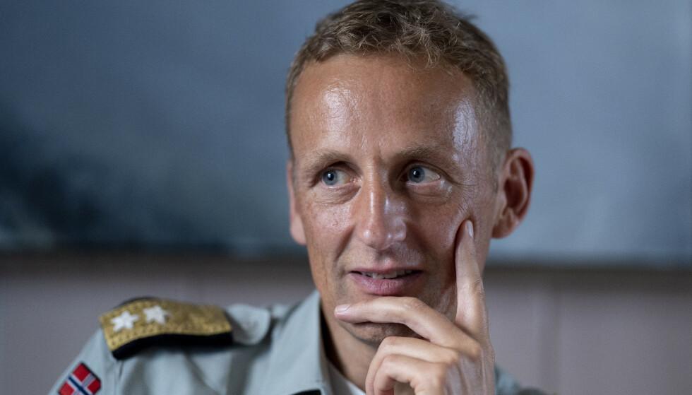 SVARER PÅ MURRINGEN: Forsvarssjef Eirik Kristoffersen innrømmer at det er vanskelig å både gi ut bok på privaten, og samtidig være forsvarssjef. Foto: Fredrik Hagen / NTB