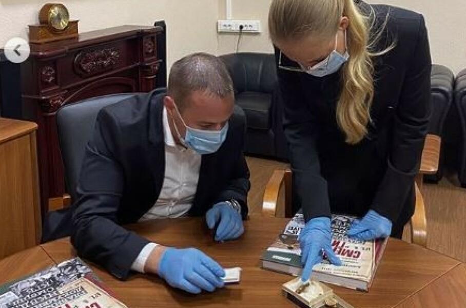 SISTE REST: Lisa Peskova viser fram de få tennene som finnes etter Adolf Hitler. Foto: Lisa Peskova / Instagram
