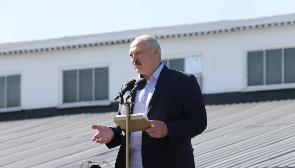 """BUET UT: Den hviterussiske presidenten Aleksandr Lukasjenko taler til ansatte ved traktorfabrikken i Minsk (MZKT) i dag. """"Går av"""" ropte de ansatte til en innbitt Lukasjenko under opptredenen. Foto: Nikolay PETROV / BELTA / AFP"""