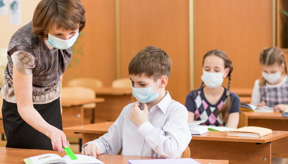 KAN LÆRE: Man venner seg veldig fort til å ha på munnbind, og vi nekter å tro at barn ikke skal kunne lære det. Vi mener derfor at barna bør bruke munnbind fra barneskolen, skriver innsenderne. Foto: Shutterstock / NTB Scanpix