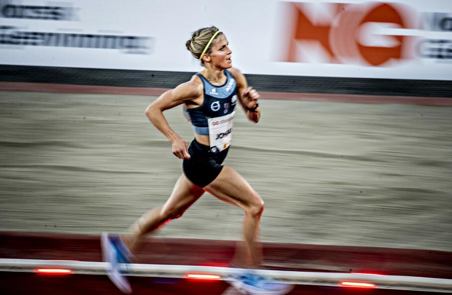 STORLØP PÅ BISLETT: Therese Johaug tok seg tilsynelatende ikke helt ut selv under storløpet på 10 000 meter på Bislett i juni. Totalbelastningen er likevel blitt for stor. Nå trenger hun litt hvile. Foto: Bjørn Langsem / Dagbladet