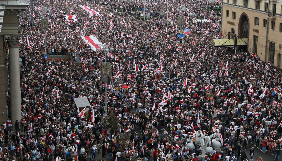 DEMONSTRASJONER: Hundretusenvis har tatt til gatene i Minsk i Hviterussland. Foto: Reuters / NTB Scanpix