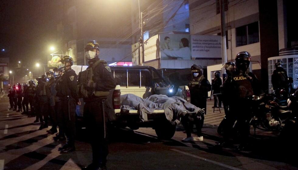 POLITIAKSJON: Politiet slo til mot en nattklubb i Lima i Peru etter brudd på coronarestriksjoner lørdag kveld. Bilder fra stedet viser et stort politioppbud ved siden av døde kropper. Foto: Diego Vertiz / AP / NTB scanpix