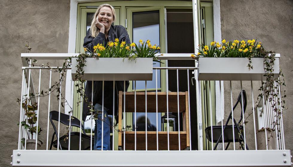 CORONAPAUSE: - Kunstnere lever ikke for kriser, men når det først skjer, er det vi som skal være fortellerne, mener Linn Skåber som har gitt ut to bøker siden pandemien slo til. Her intervjues hun fra verandaen tidligere i år. Foto: Jørn H. Moen / Dagbladet.