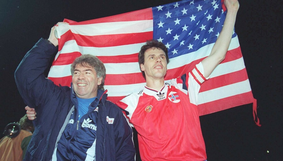STORT ØYEBLIKK: Egil Olsen og kaptein Rune Bratseth har sendt Norge til sitt første VM-sluttspill i historien. Seieren mot Polen - som Drillo holder som sin mest uvirkelige opplevelse som landslagssjef - sikret Norge plass i USA-VM. Foto: NTB scanpx.