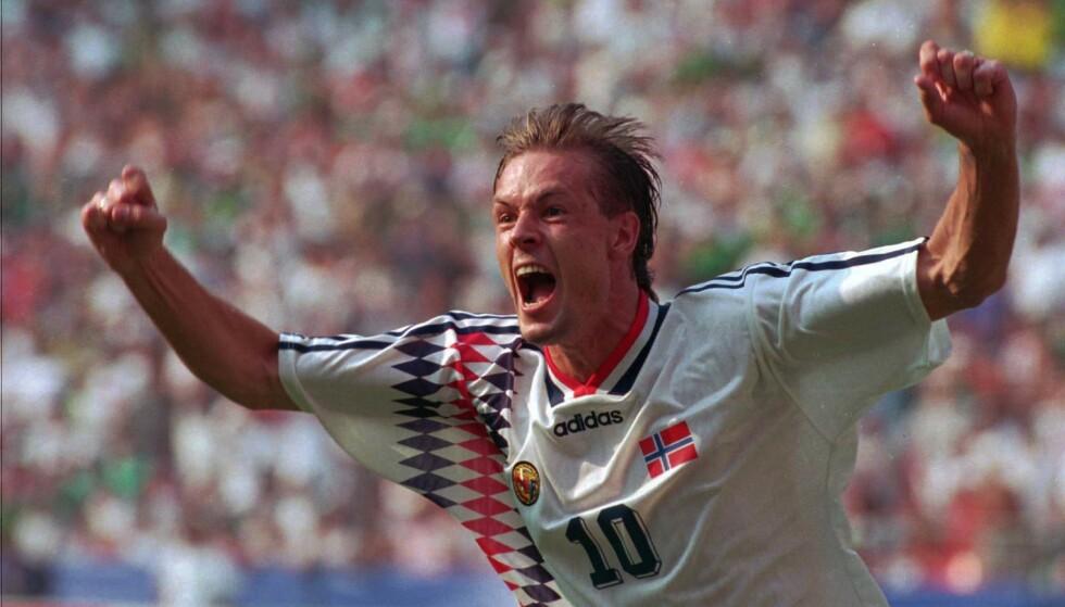 HELT: Drillo byttet inn Kjetil Rekdal, som scoret seiersmålet for Norge mot Mexico i åpningskampen for Norge i USA-VM i 1994. På tribunen satt Drillos da ukjente sønn på åtte år og heiet. Foto: NTB scanpix