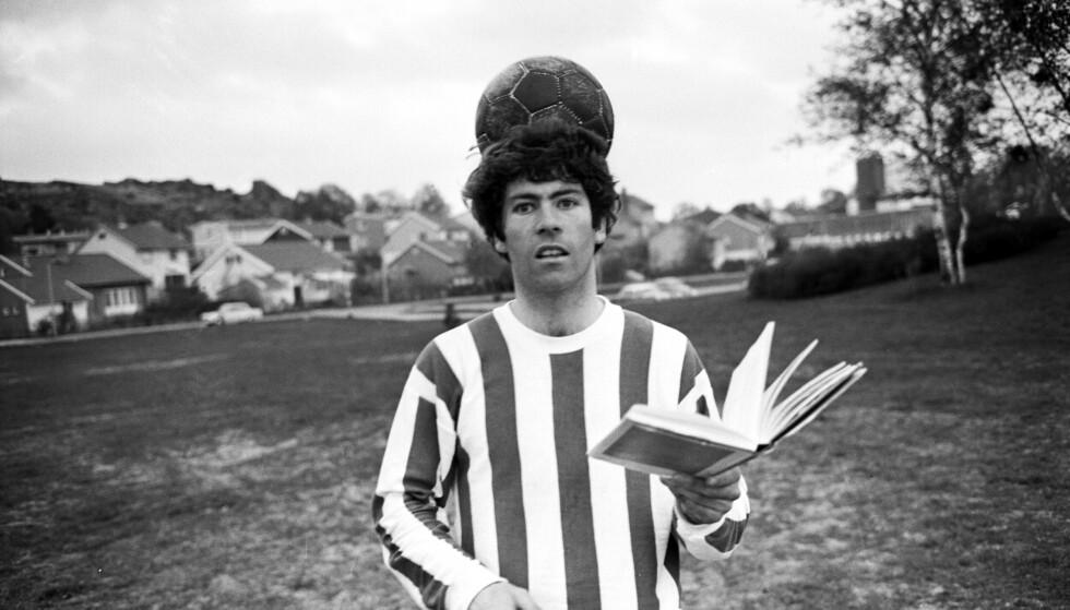 MANNEN OG MYTEN: Egil ble senere kjent som fotballprofessoren. Tidlig i karrieren kombinerte han fotball med universitetsstudier. Her som Sarpsborg-spiller i 1970, året etter at han ble far for første gang. Familie prioriterte han ikke så høyt den gang. Foto: NTB scanpix