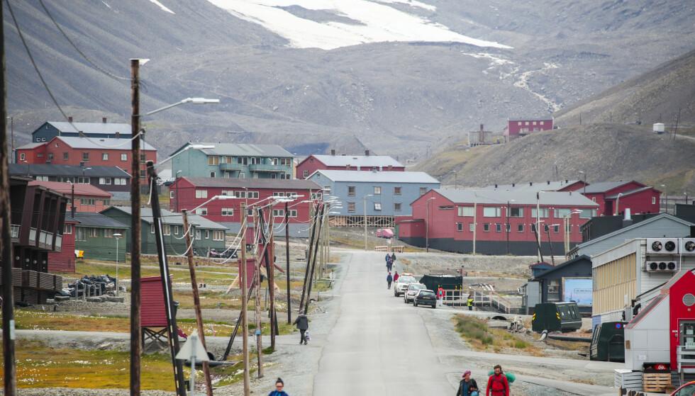 SATS PÅ SVALBARD: Det finnes nær 1500 samfunn som Longyearbyen i Arktis. Alle har samme utfordring, hovedenergikilden er fossil. Løser vi utfordingen på Svalbard, vil potensialet for teknologieksport være enormt, skriver innsenderne. Foto: Lise Åserud / NTB