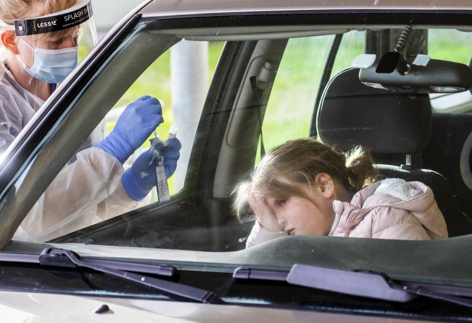 FREYJA TESTES: En lærer varslet de 16 elevene i 4. klasse på Ballstad skole om egen smitte. Freyja Rist Aagaard (9) var en av elevene i testkø. Foto: Lars Eivind Bones / Dagbladet.