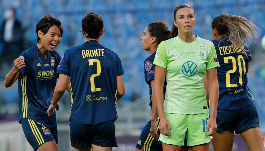 TAP: En skuffet Ingrid Syrstad Engen mens Lyon-spillerne jubler bak henne. Foto: Villar Lopez / POOL / AFP