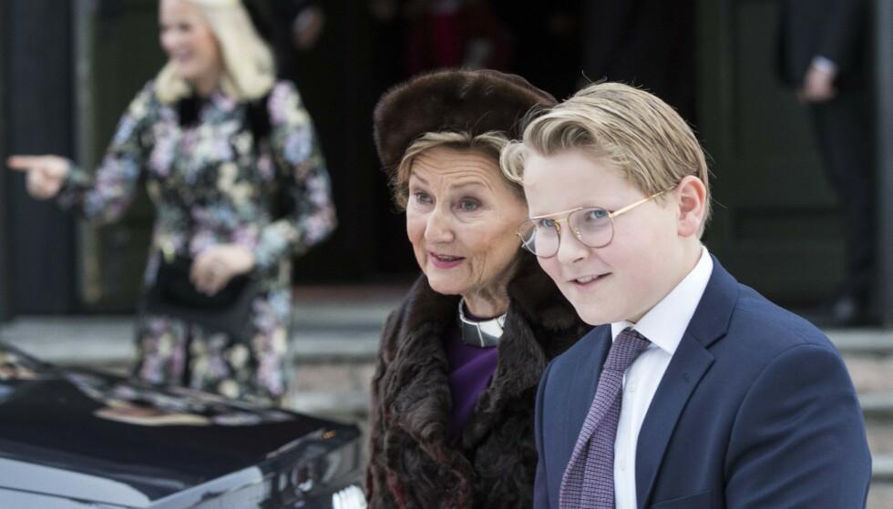 STOLT: Farmor dronning Sonja er tydelig stolt av barnebarnet. Foto: Terje Pedersen / NTB scanpix