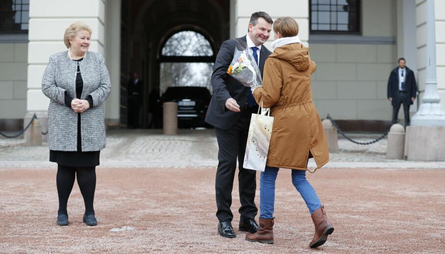 FEIRER: Nyutnevnt justisminister Tor Mikkel Wara blir gratulert av samboer Laila Anita Bertheussen på Slottsplassen 4. april 2018. Mindre enn et år seinere trakk han seg som følge av siktelsen mot partneren. Foto: Cornelius Poppe / NTB Scanpix