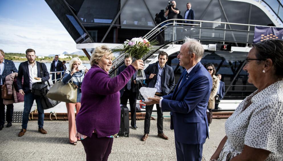 BLOMSTER: Erna Solberg på turne i Lofoten og Vesterålen i sommer, hvor hun fikk overrakt blomster av ordfører i Bø, Sture Pedersen. Foto: Christian Roth Christensen / Dagbladet