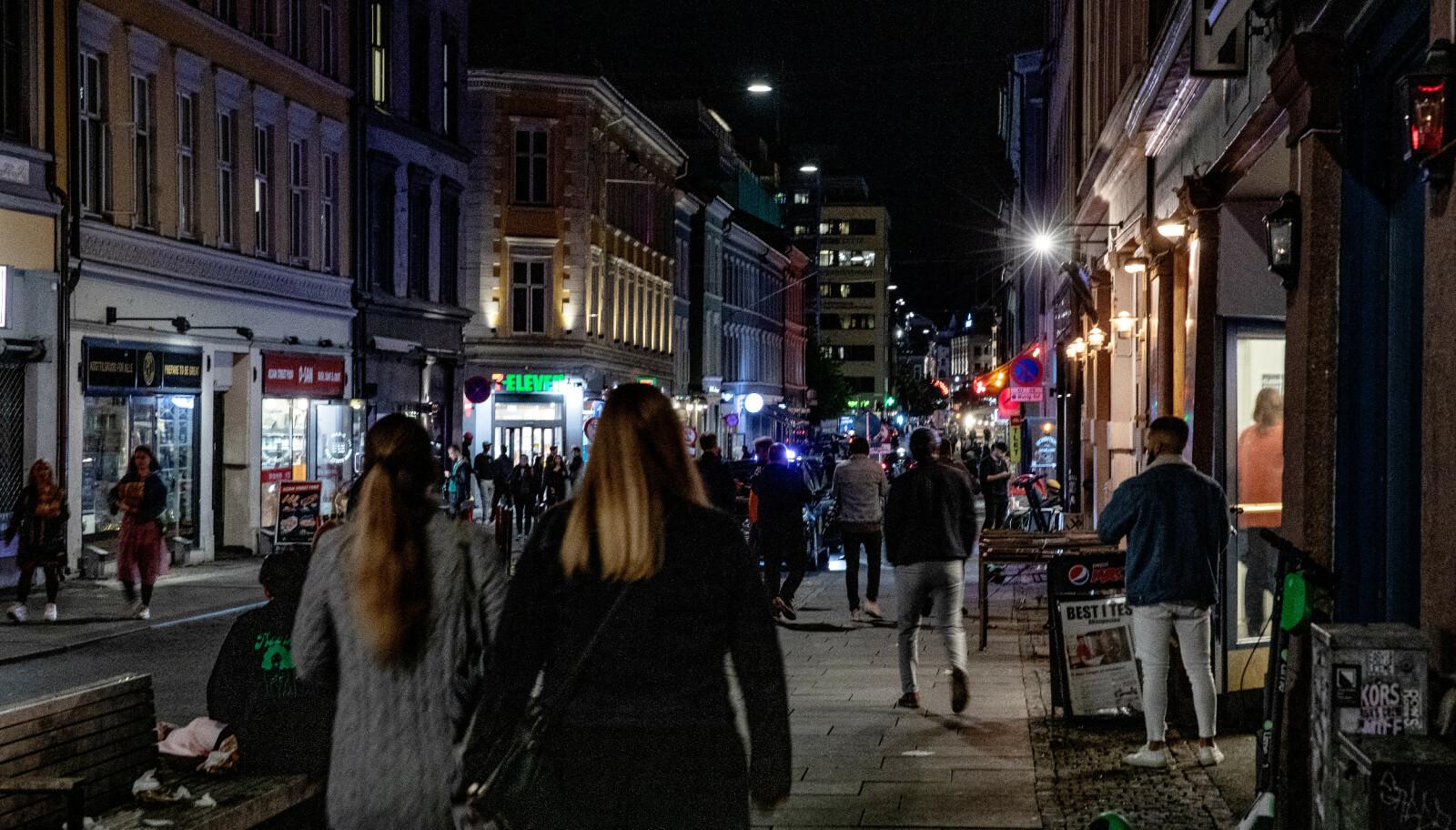 SKJENKESTOPP: Halvannen måned har gått siden regjeringen innførte stans i alkoholserveringen ved midnatt. Her fra Oslo sentrum natt til søndag for noen uker siden. Foto: Nina Hansen / Dagbladet