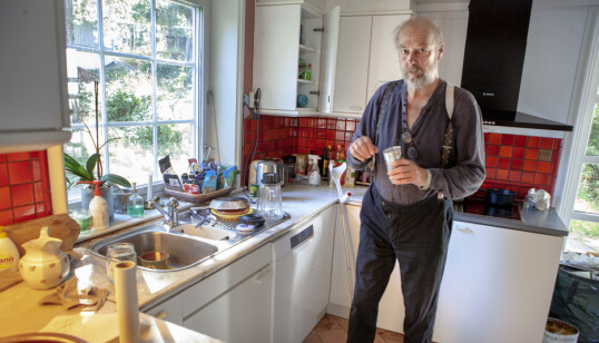 <strong>BYR PÅ KAFFE:</strong> Stein Winge trenger litt hjelp i hverdagen, men har full kontroll på kjøkkenet. - Kaffe? Det blir pulver, men jeg har kjøpt en god en, sier han. Foto: Anders Grønneberg