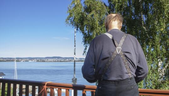 <strong>NEKROLOG:</strong> - Kari leste inn det som skulle bli hennes nekrolog, sier Stein Winge, og lar blikket vandre utover fjorden fra huset på Nesodden. Foto: Anders Grønneberg