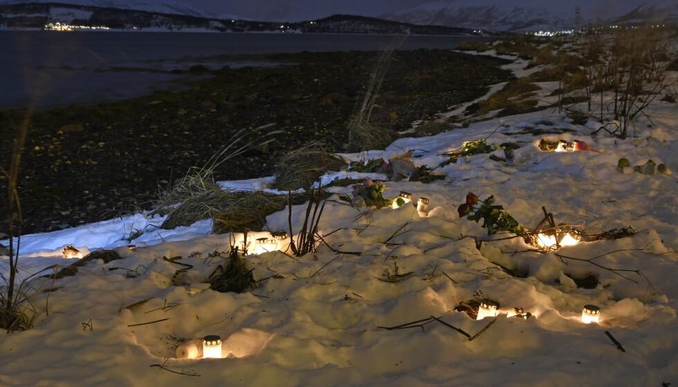 TRAGEDIE: Et 60-talls lys ble tent på åstedet hvor en mor tok med seg sine tre barn ut i sjøen i starten av desember i fjor. Foto: Rune Stoltz Bertinussen / NTB scanpix