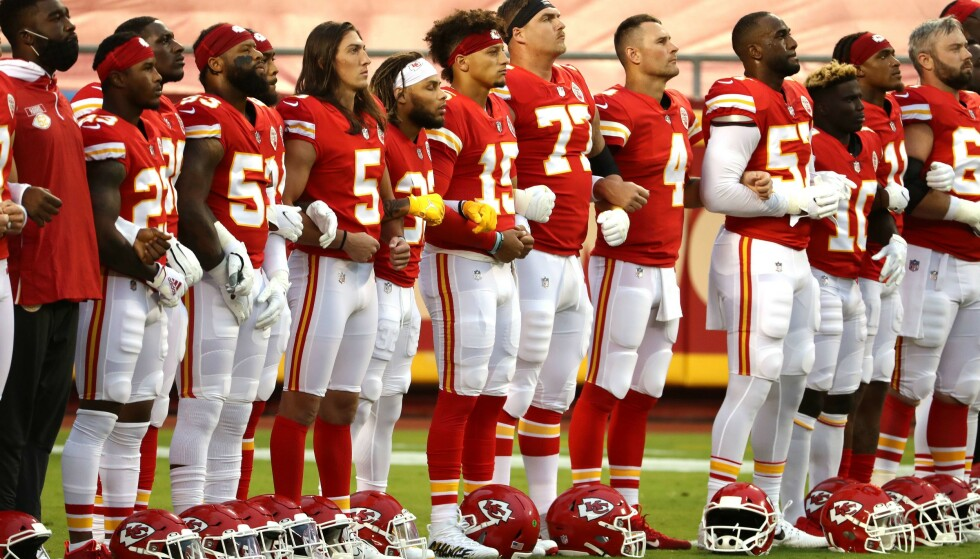 SAMLET I SOSIAL PROTEST: Stjernene i Kansas City Chiefs samlet til markering mot Trumps Usa under serieåpningen sist uke. Nå håper Donald Trump på svake TV-tall for sporten, men det er ikke gitt at den lille seer-nedgangen hjelper ham. AFP/Jamie Squire/Getty Images.