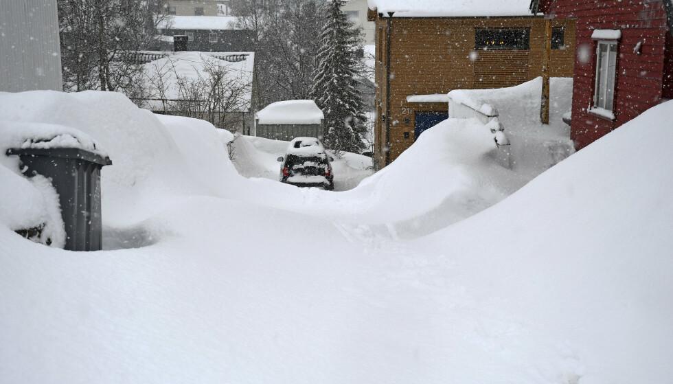 SNØRIK VÅR: Det lå mye snø i Tromsøs gater i vår. Foto: Rune Stoltz Bertinussen/NTB Scanpix