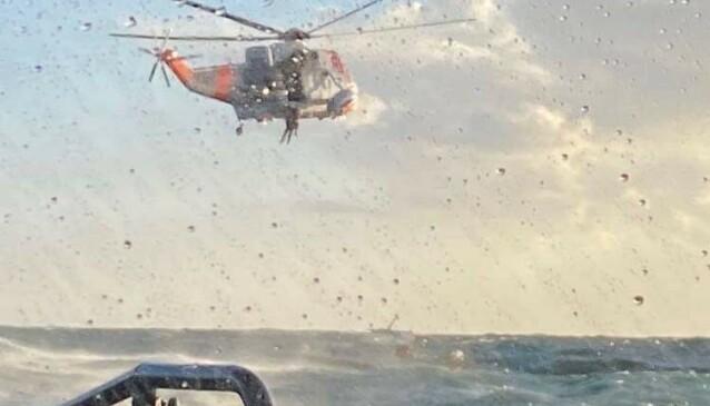 REDDET: De to personene ble reddet om bord i et Sea King-helikopter. Bortsett fra at de var litt forslått gikk det fint med dem, forteller båtfører Anders Christiansen. Foto: RS «Eivind Eckbo»