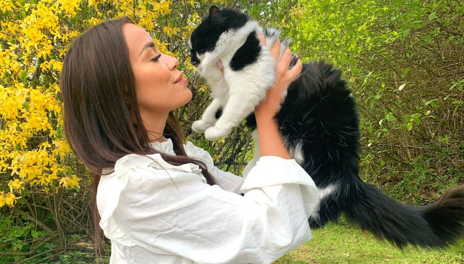 BLE PÅKJØRT: Realityprofil Mie Mack Cappelen opplevde at katten hennes Meeko ble påkjørt og skadet. Foto: Privat